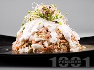 Рецепта Салата с риба тон, зеле, моркови, кълнове и заквасена сметана за Никулден